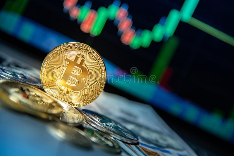 Bitcoin met kandelaargrafiek, cryptocurrency en digitale payme stock afbeeldingen