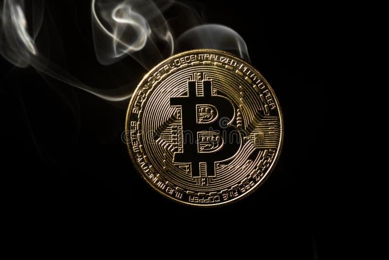 Bitcoin met rook, het concept crisis en de instorting van de crypto munt royalty-vrije stock afbeeldingen