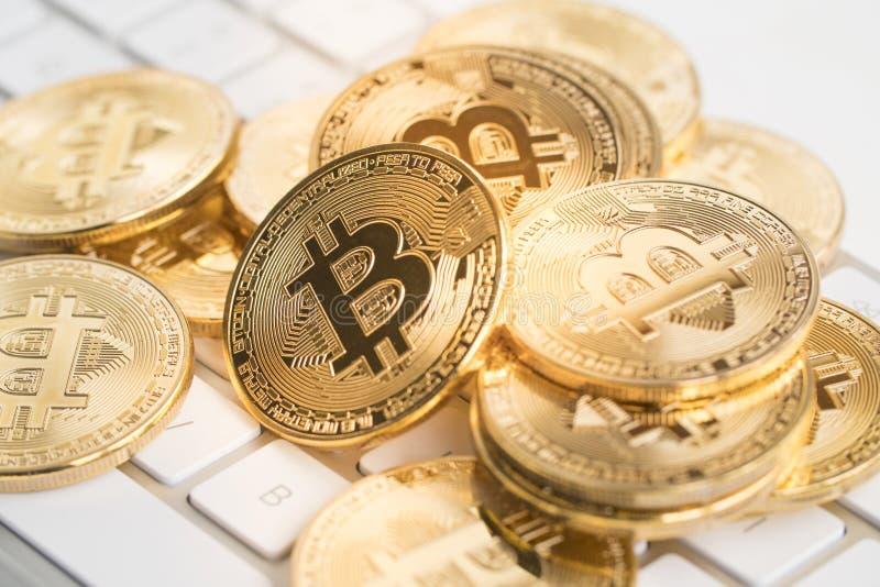 Bitcoin met toetsenbord royalty-vrije stock afbeeldingen