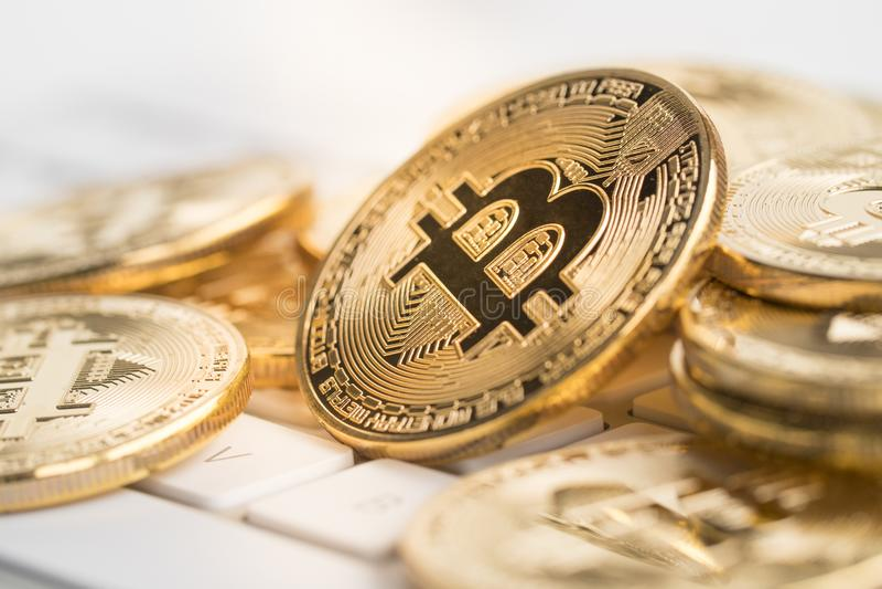 Bitcoin met weinig cijfer aangaande toetsenbord stock foto