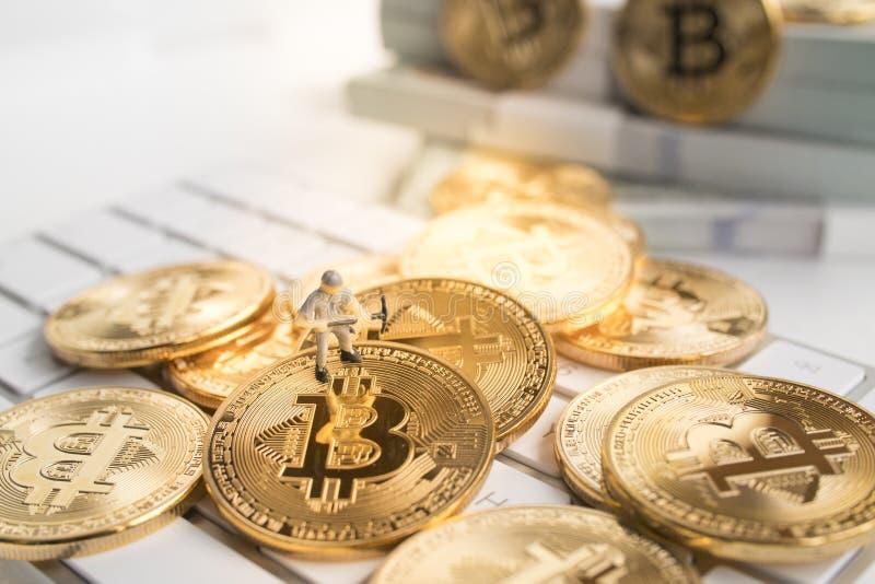 Bitcoin met weinig cijfer aangaande toetsenbord stock afbeelding