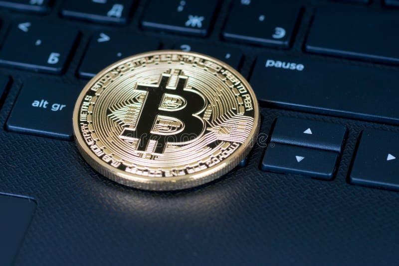 Bitcoin metalliskt mynt över tangentbordet, closeupskott arkivfoton