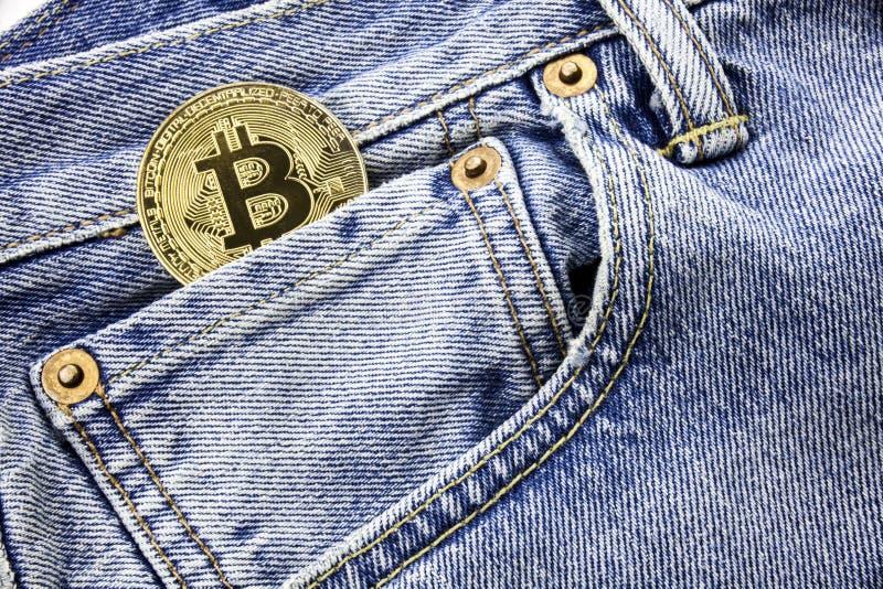 Bitcoin metalu moneta w kieszeni Internetowa biznesowa pojęcie wiadomość Bitcoin pieniądze online robi pojęcie Łapówkarstwo c i k obraz royalty free
