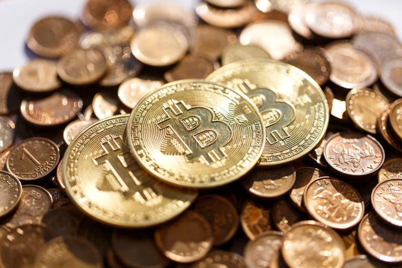 Bitcoin miente en una pila de otras monedas, el cryptocurrency domina imagenes de archivo