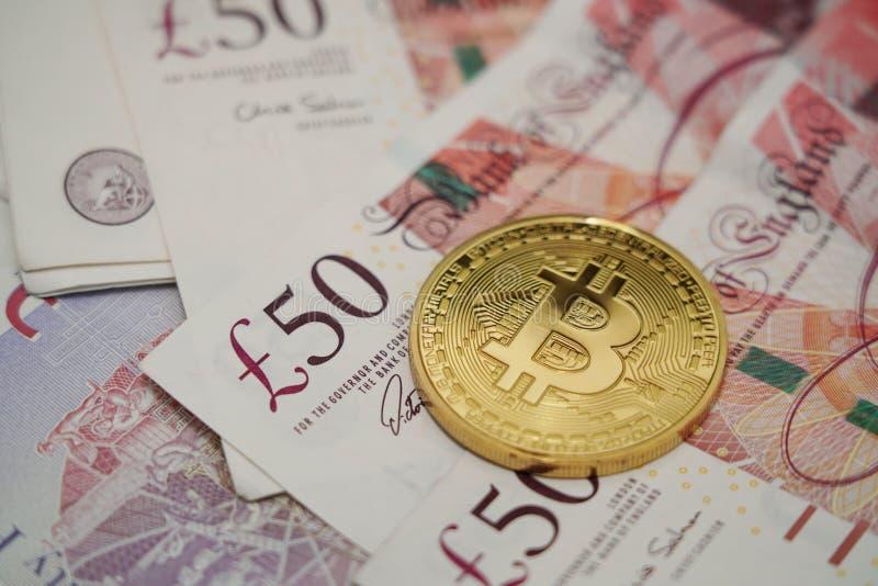 Bitcoin mit Pfundsterlings-Währungsbank notebanknotes stockbild
