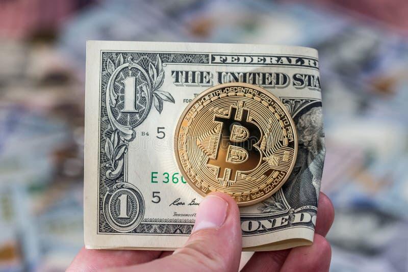 Bitcoin mit USA-Geld, Münze lizenzfreie stockbilder