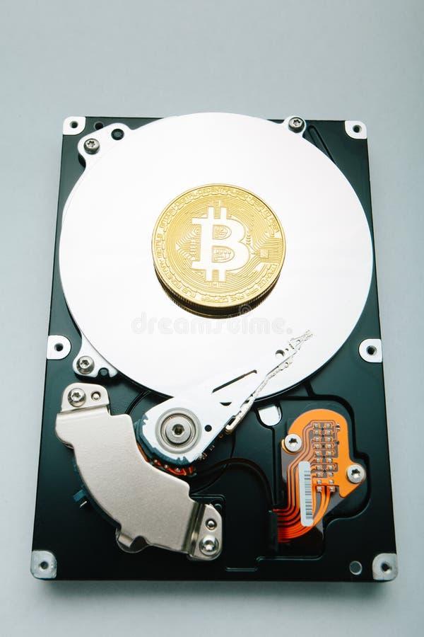 Bitcoin Moeda cripto no fundo do disco rígido imagem de stock