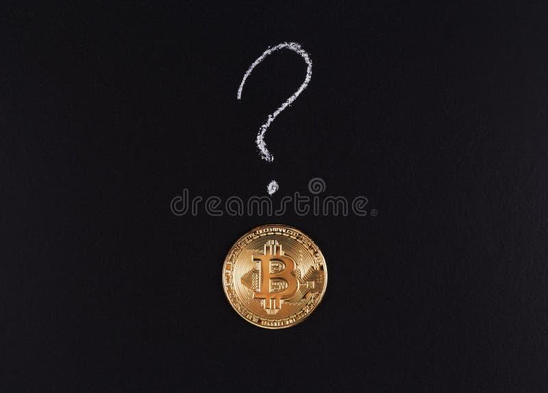 Bitcoin, moneda de oro y un signo de interrogación imagen de archivo