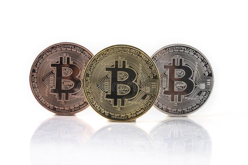 Bitcoin Moneda f?sica del pedazo Moneda de Digitaces Cryptocurrency Moneda de oro con s?mbolo del bitcoin aislada en el fondo bla fotos de archivo