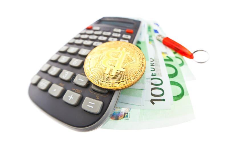 Bitcoin moneta, kalkulator i euro banknoty, zdjęcie royalty free