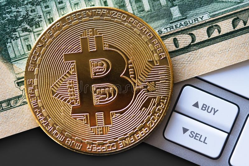 Bitcoin moneta na dolarowym rachunku z guzikami fotografia stock