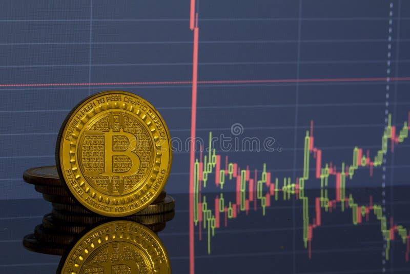Bitcoin moneta na tło grafika w górę zdjęcia royalty free