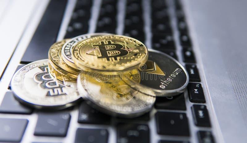 Bitcoin moneta na wierzchołku inne crypto monety na klawiaturze laptop Bitcoin złote monety Cryptocurrency inwestycja zdjęcia royalty free