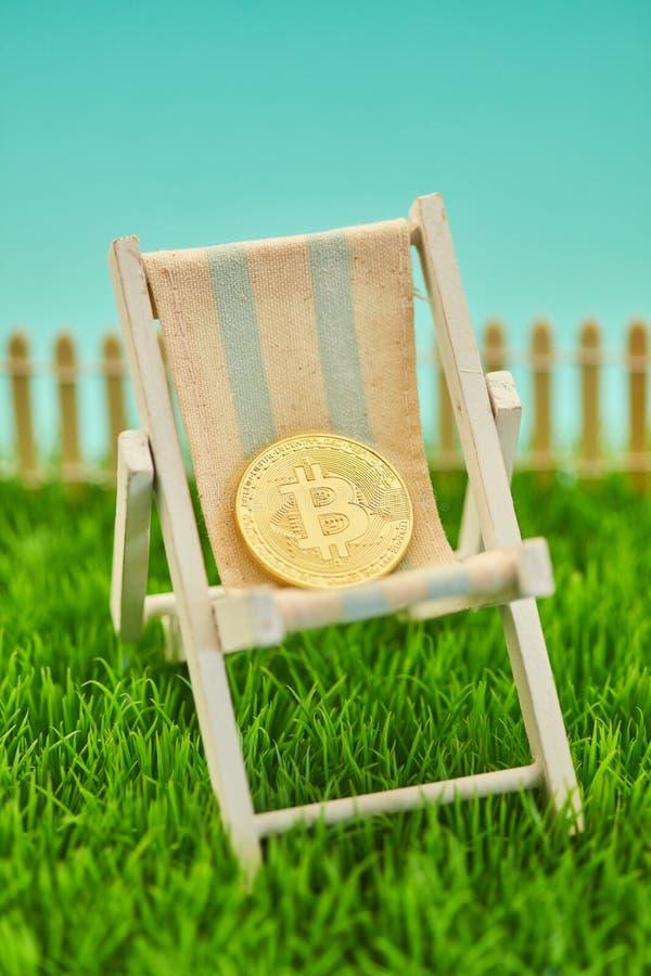 Bitcoin moneta w pokładu krześle jako emerytalny pojęcie zdjęcie stock