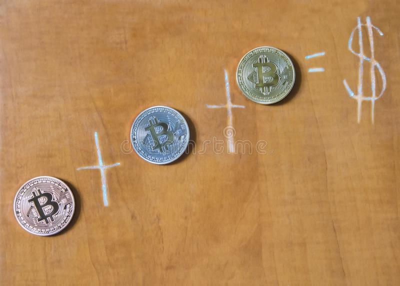 Bitcoin monety na brown zarządzie szkoły fotografia royalty free