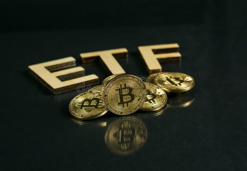 Bitcoin mynt med det pålagda trägolvet för ETF text, begrepp som skriver in den Digital pengarfonden royaltyfri bild