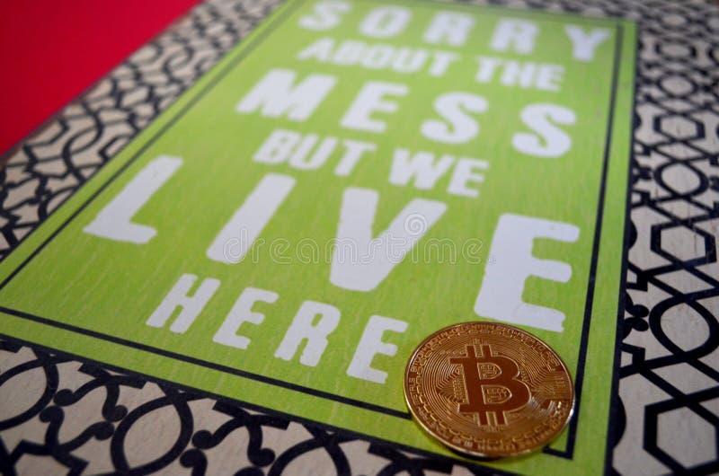 Bitcoin mynt med ledset om röratecknet royaltyfria foton