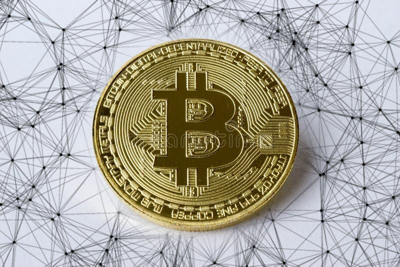 Bitcoin mynt och ingrepp eller nätverk i bakgrunden royaltyfria foton