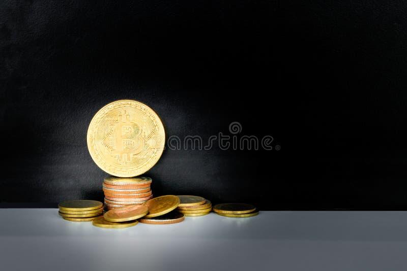 Bitcoin mynt och pengarbunt över vit på svart bakgrund med kopieringsutrymme tillfoga text Retro stil för färg royaltyfri bild