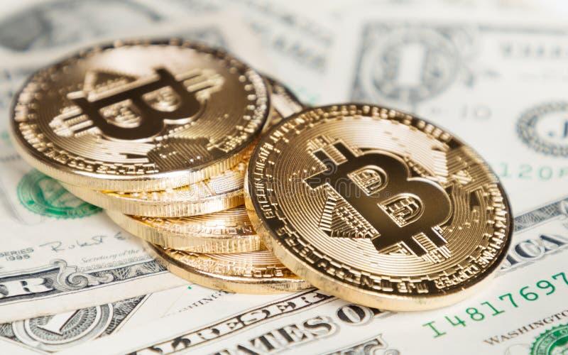 Bitcoin mynt på dollar fotografering för bildbyråer