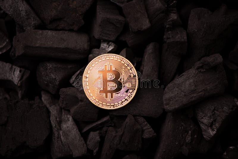 Bitcoin mynt på guld och svart färgbakgrund royaltyfria foton
