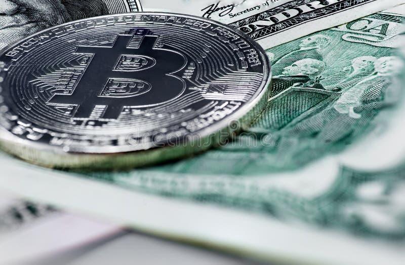 Bitcoin mynt på oss dollar arkivfoto