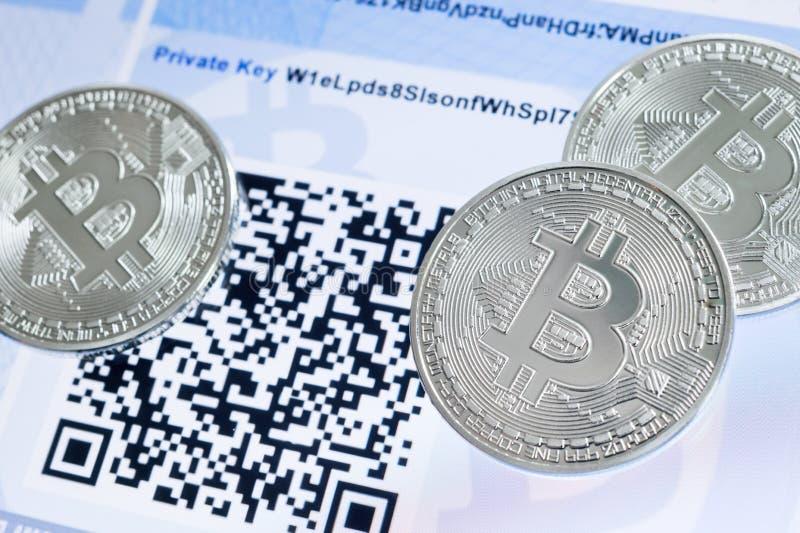 Bitcoin mynt, QR-kod och pappersplånbok fotografering för bildbyråer