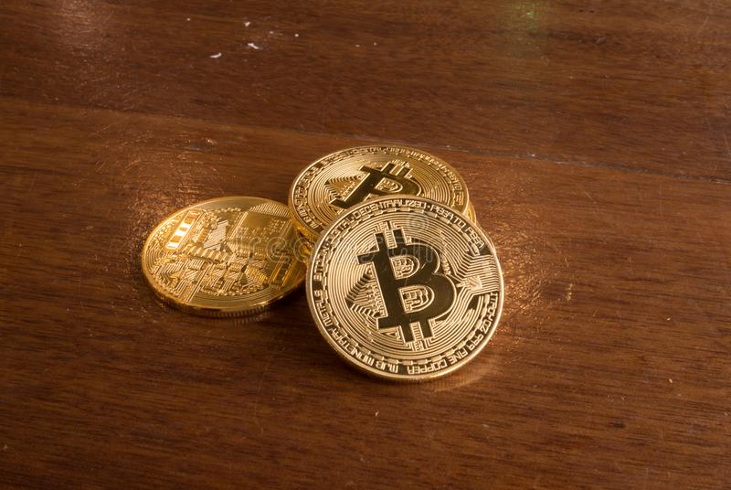 Bitcoin myntanseende på en brun tabell arkivfoton
