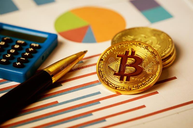 Bitcoin na carta de negócio fotos de stock