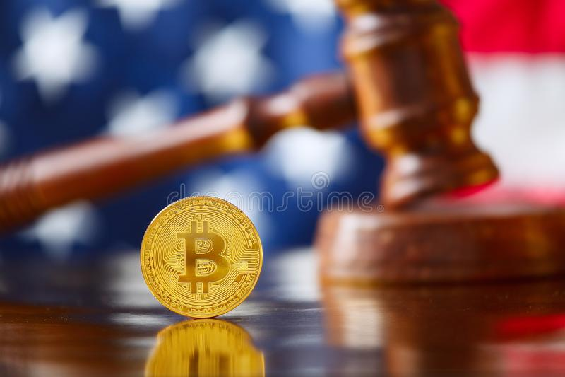 BItcoin na frente da bandeira dos EUA imagem de stock