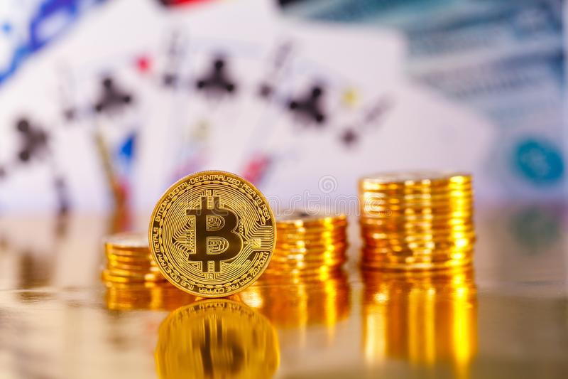 BItcoin na frente dos dólares americanos fotografia de stock royalty free