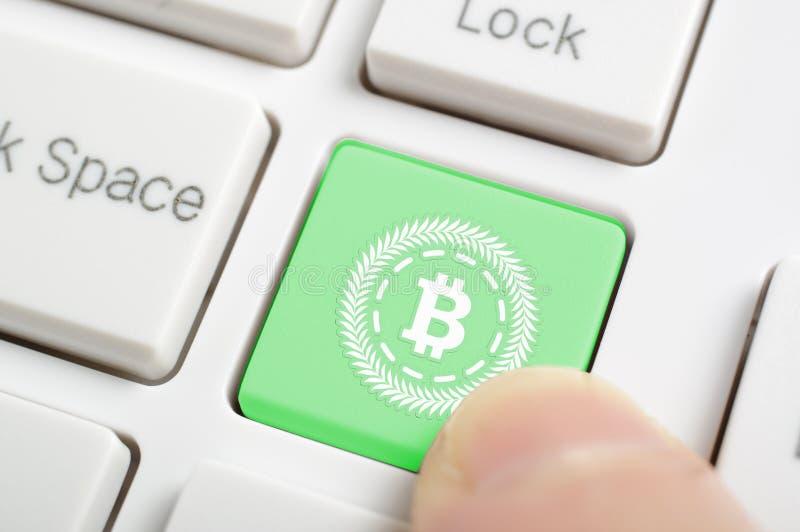 Bitcoin na klawiaturze zdjęcia royalty free