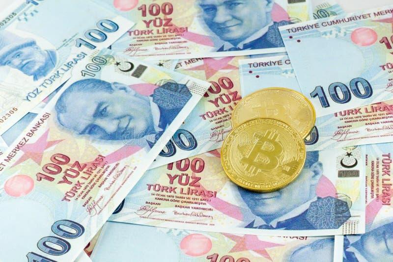 Bitcoin nad tureckimi banknotami z kieszeniowym watchView metali bitcoins nad Tureckiego lira banknotami i fotografia royalty free