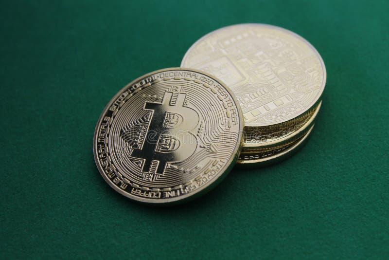Bitcoin naturale dell'oro sul documento introduttivo verde fotografia stock libera da diritti
