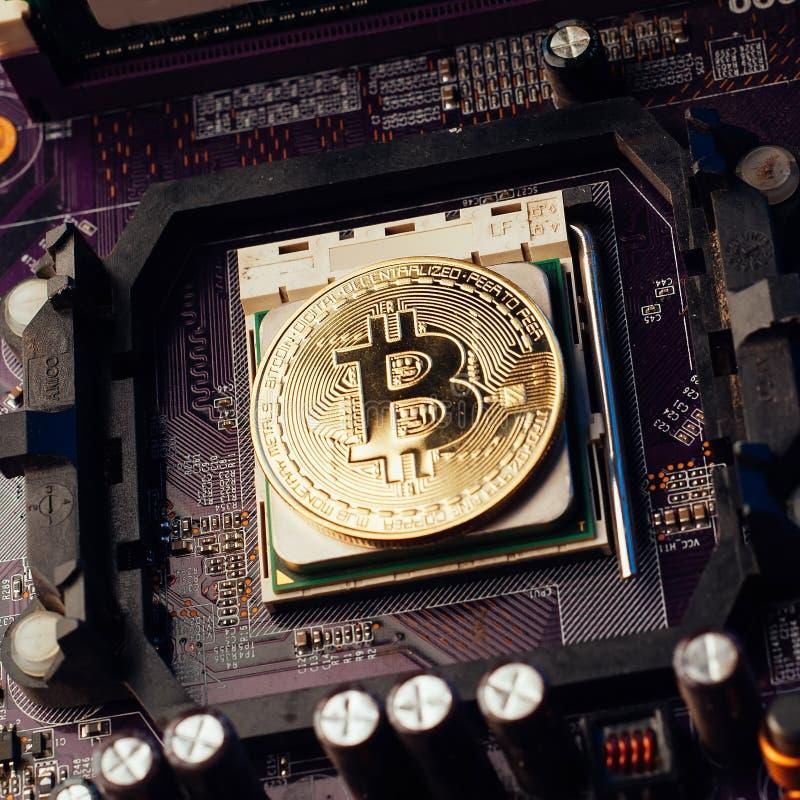 Bitcoin no cartão-matriz, moeda virtual no fundo da placa eletrônica, imagem de stock royalty free