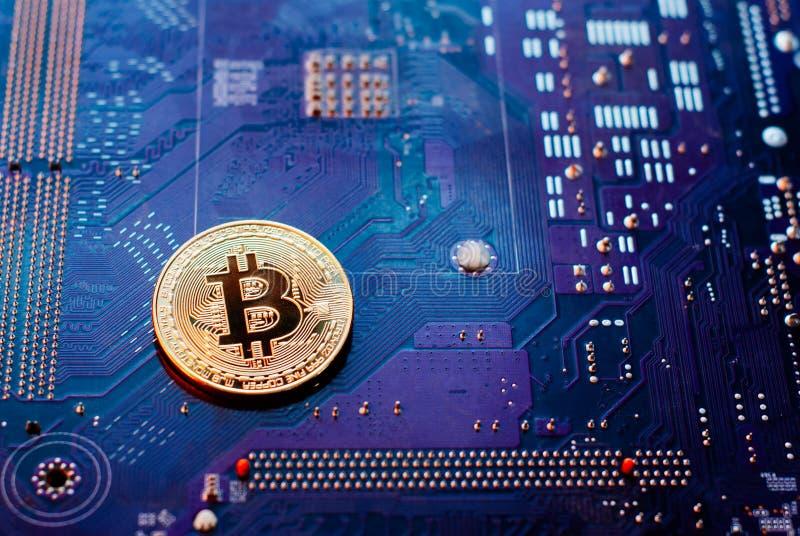 Bitcoin no cartão-matriz, moeda virtual na perspectiva do PWB, foto de stock