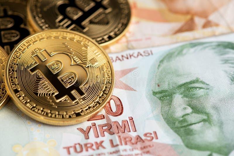 Bitcoin nowy wirtualny pieniądze na Tureckich banknotach obrazy royalty free