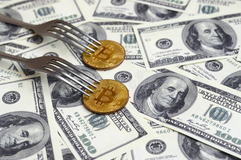 Bitcoin obtenant le nouveau changement dur de fourchette, pièce de monnaie d'or physique de Crytocurrency sous la fourchette sur  photographie stock