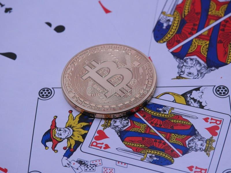Bitcoin och öppen kortlek royaltyfri fotografi