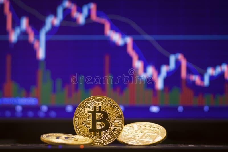 Bitcoin och defocused diagrambakgrund Faktiskt cryptocurrencybegrepp arkivfoto