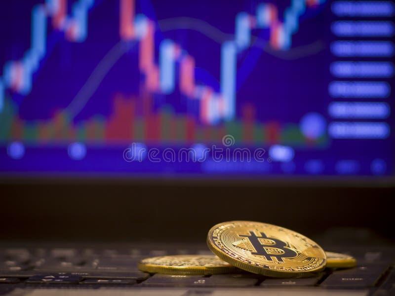 Bitcoin och defocused diagrambakgrund Faktiskt cryptocurrencybegrepp royaltyfri foto