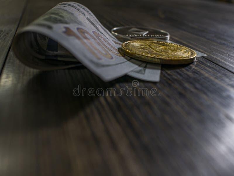 Bitcoin och Ethereum p? sedlar av hundra dollar p? en tr?bakgrund Begreppsm?ssig bild f?r v?rldsomsp?nnande cryptocurrency och royaltyfria foton