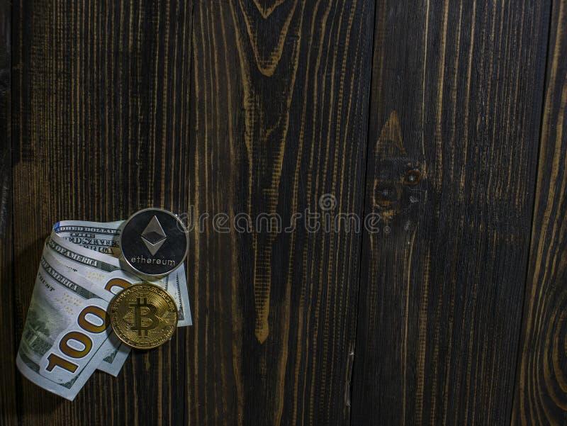 Bitcoin och Ethereum p? sedlar av hundra dollar p? en tr?bakgrund Begreppsm?ssig bild f?r v?rldsomsp?nnande cryptocurrency och royaltyfria bilder