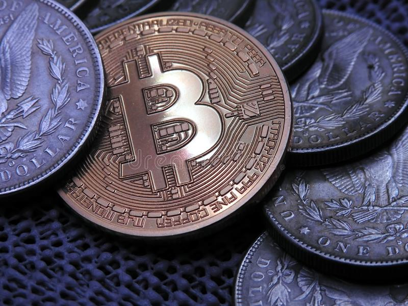 Bitcoin och gammal silver Morgan Dollars arkivbilder
