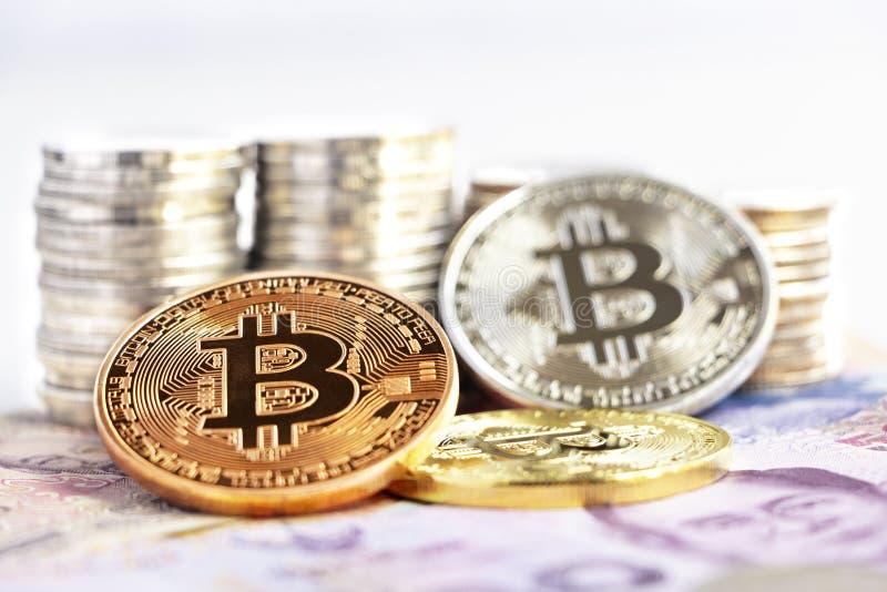 Bitcoin och mynt som staplas på sedeln Faktiskt pengarbegrepp arkivbild