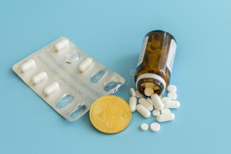 Bitcoin och preventivpillerar på en blå bakgrund Bitcoin som en medicin för ekonomin Cryptocurrency bitcoin som ett betalningalte fotografering för bildbyråer