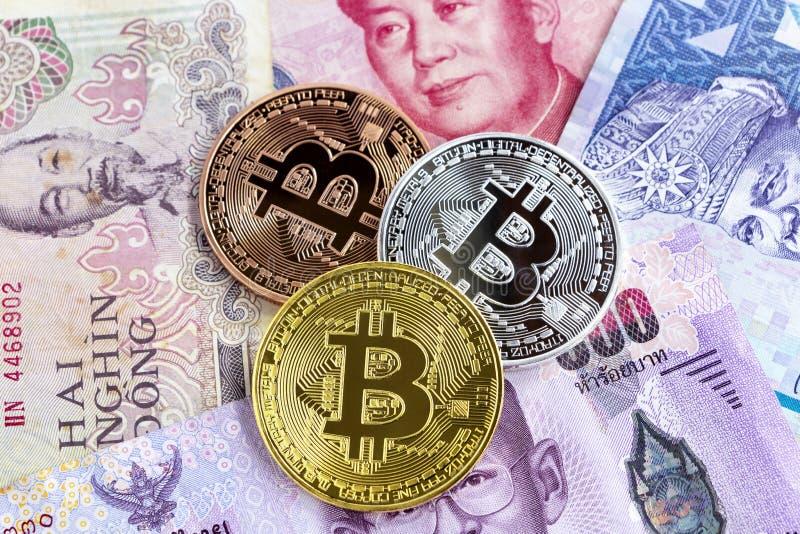 Bitcoin och sedel av Asien grupper Faktiskt pengarbegrepp arkivbilder