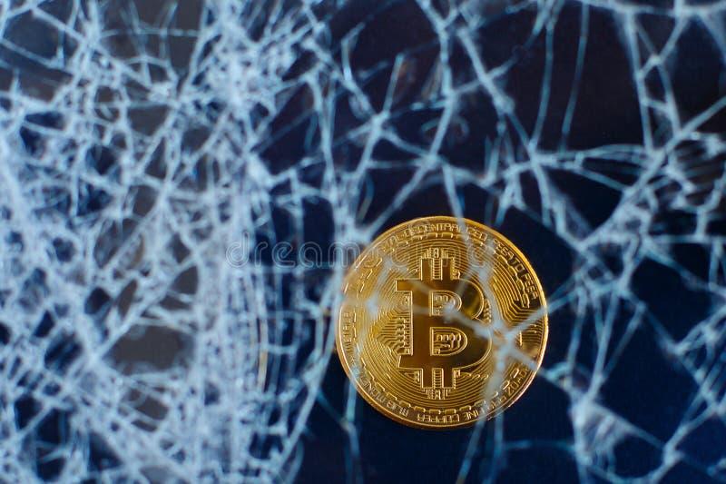 Bitcoin och sprucket exponeringsglas på svart bakgrund Nedgången av bitcoin Forcerad kollaps royaltyfri bild
