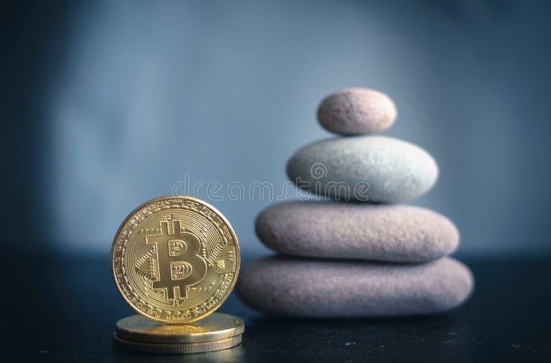 Bitcoin och stenpyramid arkivbilder