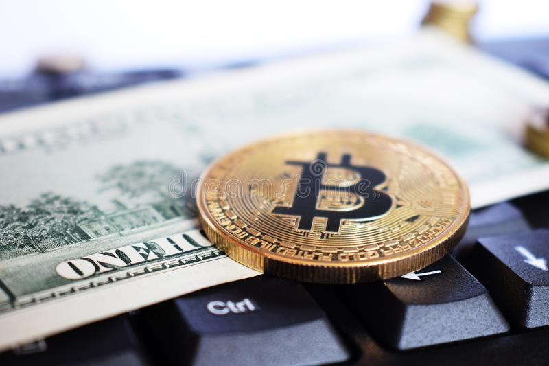 Bitcoin op compuertoetsenbord in achtergrond, symbool van elektronisch virtueel geld en het concept van mijnbouwcryptocurrency Mu stock foto's
